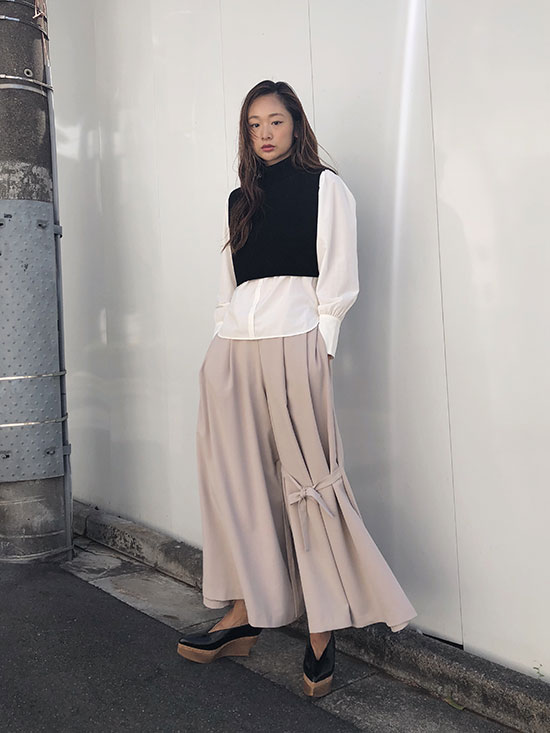 kae_KNEE RIBBON FLARE PANTS
