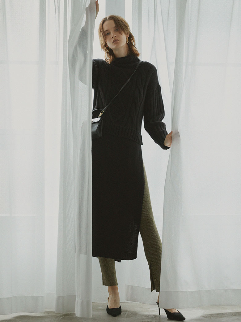 LONG SLIT CABLE KNIT TOP